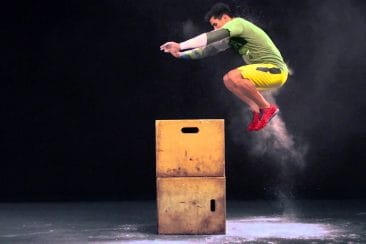 un-crossfitteur-en-plein-box-jump